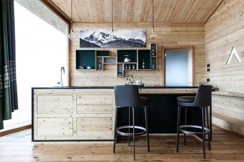 The kitchen and dining area in the chalet